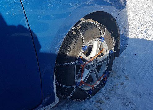 Auto mit montierten Schneeketten auf Hochkar Parkplatz